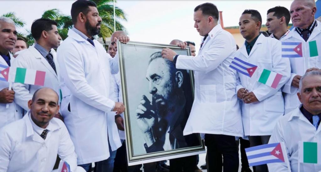 Οι κουβανοί είναι αλληλέγυοι στους πλητόμενους από την πανδημία λαούς στέλνοντας τους γιατρούς τους για βοήθεια